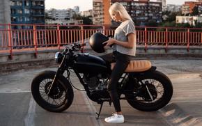 Картинка солнце, город, черный, дома, блондинка, мотоцикл, шлем, байк