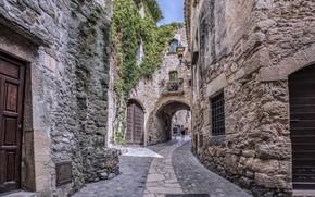 Обои средневековая деревня, фонарь, дома, Испания, туристы, улица, Каталония