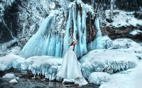 Картинка зима, снег, поза, стиль, настроение, водопад, лёд, ситуация, руки, невеста, свадебное платье, Мария Липина, Алёна …