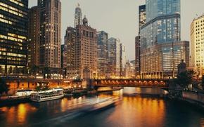 Обои Дома, Вечер, Причал, Город, Река, Чикаго, Небоскребы, Катер, США, Мосты, Катера