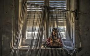Картинка окно, занавески, бюст