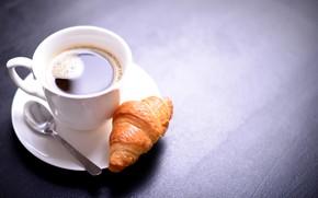 Картинка стол, кофе, ложка, чашка, белая, напиток, блюдце, пенка, боке, круассан