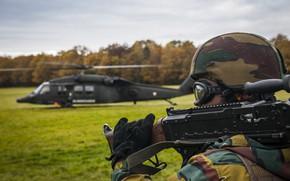 Картинка солдат, вертолет, шлем, пулемет, экипировка