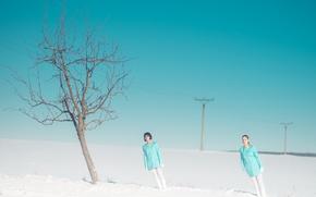 Картинка снег, дерево, наклон, две девушки