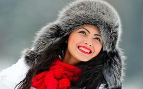 Картинка зима, лицо, улыбка, фон, шапка, портрет, макияж, шарф, брюнетка, мех, красотка