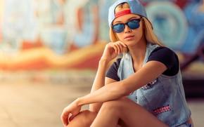 Картинка поза, блондинка, джинса, жилетка, футболка, боке, кепка, очки, сидит