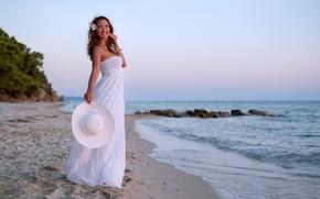 Картинка море, девушка, улыбка, побережье, шляпа, платье