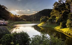 Картинка лес, небо, солнце, лучи, деревья, горы, река, рассвет, домики, Бразилия, Рио-де-Жанейро