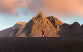 Картинка дорога, небо, асфальт, девушка, облака, горы, поза, настроение, скалы, красное, волосы, вершины, спина, ситуация, утро, …