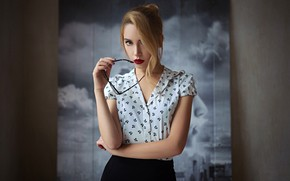 Обои модель, блузка, Ksenia Kokoreva, очки, юбка, боке, макияж, прическа, красотка, Sergey Fat, фон, портрет, взгляд, ...