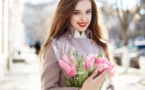 Картинка девушка, солнце, цветы, улыбка, портрет, букет, макияж, прическа, тюльпаны, шатенка, розовые, красотка, пальто, боке