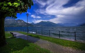 Картинка небо, трава, облака, горы, скамейка, озеро, дерево, листва, ограждение, Италия, дорожка, фонарь, набережная, Bellagio