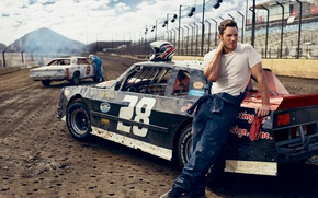 Картинка авто, трасса, футболка, актер, гонки, шлем, комбинезон, гонщик, фотосессия, стадион, Vanity Fair, Chris Pratt, Mark …