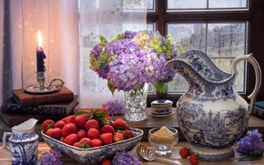 Картинка клубника, кувшин, свеча, гортензия, натюрморт, ягоды, сахар, окно, книги, стиль, цветы