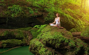 Картинка зелень, лес, вода, девушка, деревья, природа, поза, камни, мох, майка, медитация, прическа, йога, шатенка, сидит, …