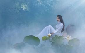Картинка листья, девушка, свет, цветы, поза, туман, пруд, стиль, белое, берег, модель, волосы, сад, платье, брюнетка, …