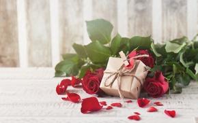 Обои красные розы, бутоны, valentine`s day, love, roses, лепестки, romantic, розы, gift, red, flowers