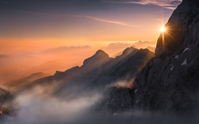 Картинка солнце, свет, горы, туман, скалы, человек