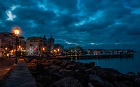 Картинка море, небо, облака, пейзаж, огни, камни, побережье, дома, вечер, фонари, Италия, пирс, Ischia Ponte