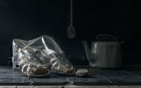 Обои паутина, босоножки, часы, чайник