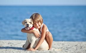 Картинка море, улыбка, настроение, берег, ребенок, собака, мальчик, объятия, beach, друзья, smile, boys, ретривер, dogs, retriever