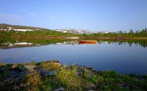 Картинка лес, небо, трава, солнце, деревья, горы, озеро, камни, лодка, Норвегия