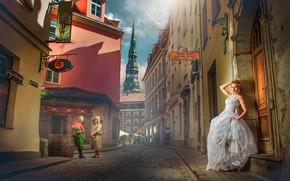 Картинка девушка, город, поза, дом, люди, здания, башня, макияж, платье, прическа, блондинка, переулок, невеста, крыльцо, в …