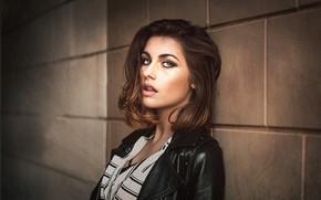 Картинка взгляд, модель, портрет, макияж, куртка, прическа, шатенка, красотка, стоит, у стены