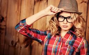 Картинка поза, фон, портрет, шляпа, макияж, очки, прическа, блондинка, рубашка, красотка
