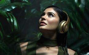 Картинка зелень, фон, модель, макияж, наушники, брюнетка, прическа, красотка, Kylie Jenner, Кайли Дженнер