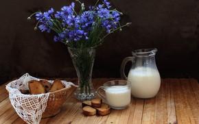 Обои васильки, кувшин, стакан, натюрморт, молоко, стол, ваза, сухари, цветы