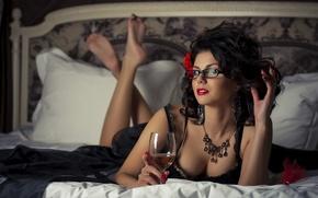 Картинка Девушка, постель, бокал вина