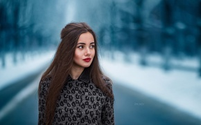 Картинка зима, дорога, лес, девушка, снег, фон, портрет, макияж, брюнетка, прическа, красивая, боке, Alena, Roman Rykunov
