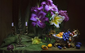 Обои абрикосы, виноград, лилии, натюрморт, подсвечник, цветы