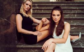 Картинка взгляд, брюнетка, блондинка, лестница, ступеньки, две девушки, Carina Cara, Maxi Osterhaus, Andreas-Joachim Lins