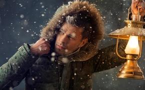 Обои фонарь, мужчина, лампа, зима, иней, куртка, капюшон, снег