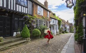 Обои девушка, настроение, улица, дома, танец, красное платье