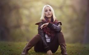 Картинка осень, трава, взгляд, девушка, сидит