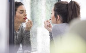 Картинка отражение, модель, зеркало, брюнетка, губная помада, красится, Kendall Jenner