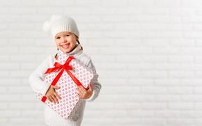 Картинка зима, радость, улыбка, подарок, девочка, Новый год, кофта