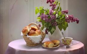 Картинка цветы, стол, чай, ложка, чашка, ваза, натюрморт, корзинка, сдоба, блюдце, выпечка, сирень, скатерть, булочки