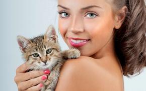 Обои крупный план, девушка, макияж, прическа, улыбка, шатенка, котёнок, фон, кошка