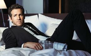Картинка костюм, фотосессия, мужчина, лицо, Ryan Reynolds, Райан Рейнольдс, рубашка, постель, взгляд