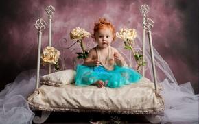 Картинка кровать, розы, девочка, бусы, сидит, малышка