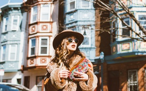 Картинка девушка, лицо, улица, шляпа, очки