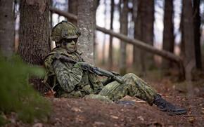 Обои привал, оружие, каска, передышка, лицо, солдат, очки, лес