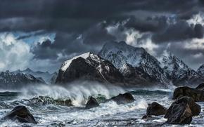 Картинка море, волны, горы, брызги, тучи, шторм, камни, скалы, берег, Норвегия, Лофотенские острова