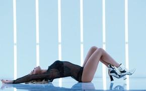 Обои поза, изгиб, лежит, певица, Rita Ora
