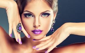 Картинка глаза, взгляд, украшения, крупный план, лицо, ресницы, фон, руки, макияж, прическа, губы, шатенка, красотка, маникюр