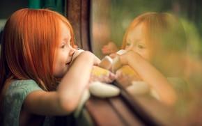 Обои радость, отражение, игрушка, окно, девочка